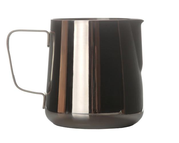 Jarra de leite. leiteiro. acessórios para bater o leite e fazer café. em fundo branco isolado. fechar-se.