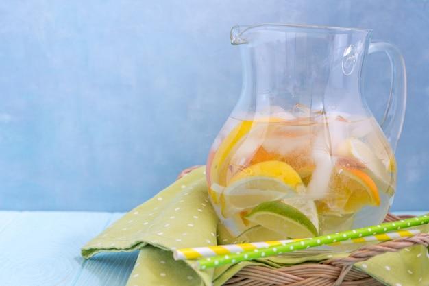 Jarra de limonada com fatias de limão, laranja e limão