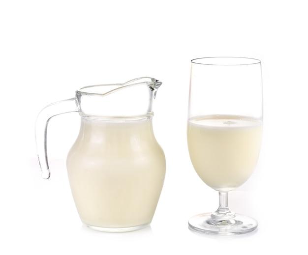 Jarra de vidro com leite fresco isolada no fundo branco