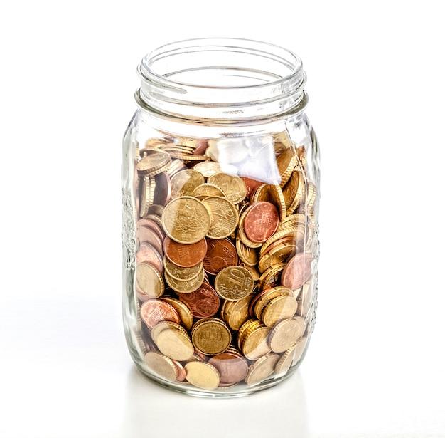Jarra de vidro com moedas