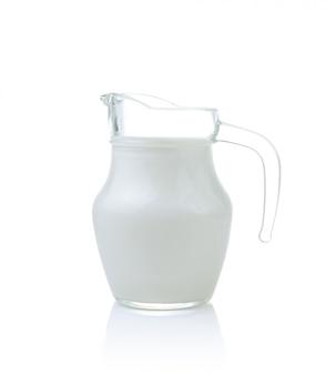 Jarra de vidro de leite fresco isolado no branco