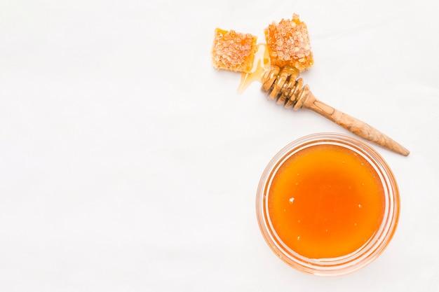 Jarra de vidro vista superior cheia de mel