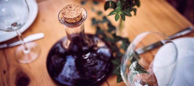 Jarra de vinho e copos na mesa de jantar
