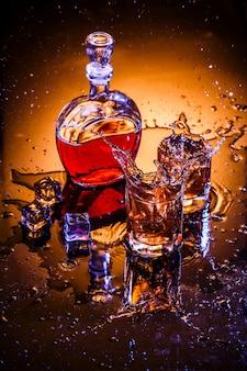 Jarra e dois copos com uísque e gelo