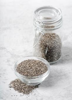Jarra e tigela cheia de sementes de alta vista Foto gratuita