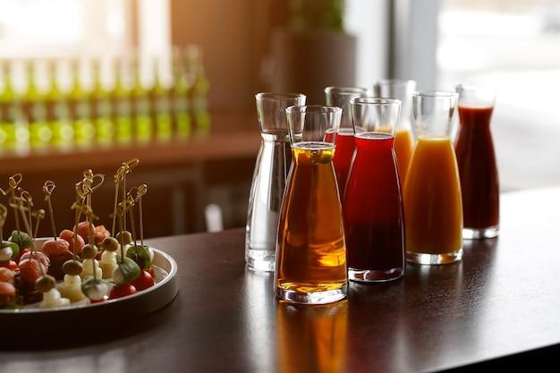 Jarras com sucos diversos em catering para eventos