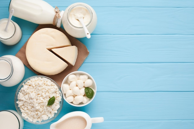 Jarras de leite e queijo cortado