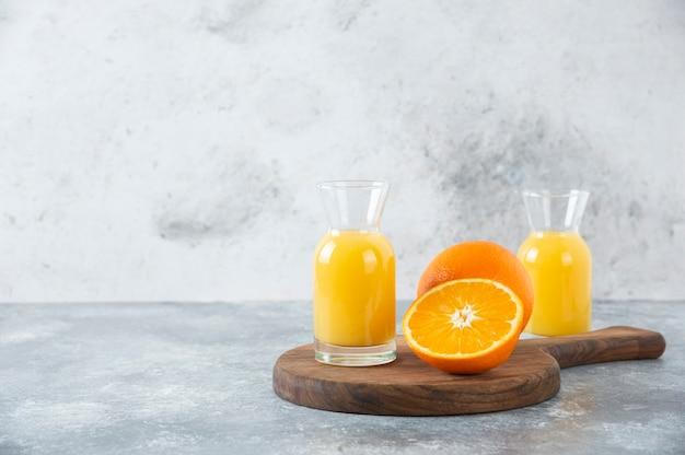 Jarras de vidro de suco com uma fatia de laranja.
