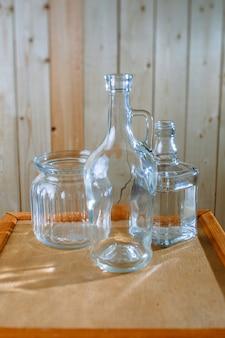 Jarras de vidro e frascos em uma mesa de madeira