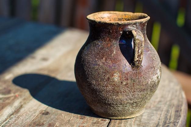 Jarro antigo. um decantador antigo. vaso de barro. tanque de água antigo