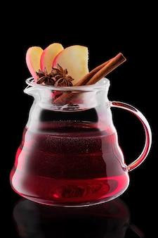 Jarro com chá de maçã e amora isolado
