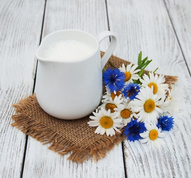 Jarro com leite e flores silvestres