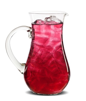 Jarro com suco vermelho, isolado na superfície branca