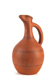 Jarro de cerâmica artesanal georgiano, chamado doqi, para vinho e água no fundo branco.