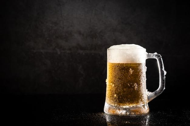 Jarro de cerveja congelada, com espaço de cópia.