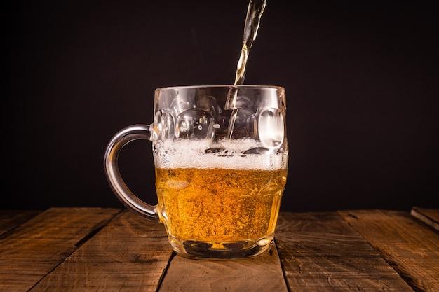 Jarro de cerveja muito fria. conceito para a festa mais oktoberfest.