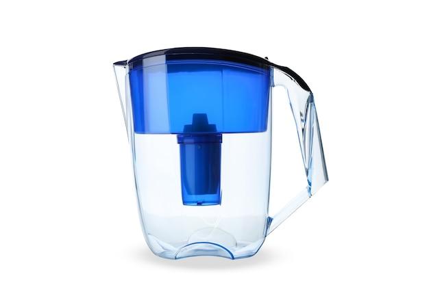 Jarro de filtro de água isolado no branco