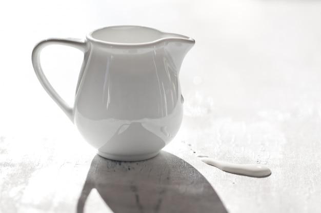 Jarro de leite branco