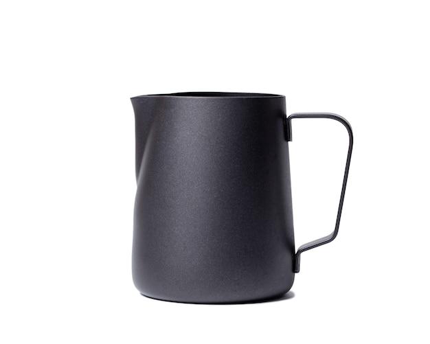 Jarro de leite de aço inoxidável preto. jarra de leite de aço inoxidável preto em branco
