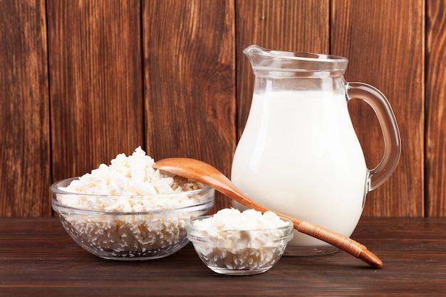 Jarro de leite e taças com queijo