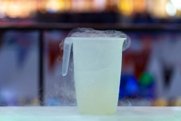 Jarro de nitrogênio líquido no bar