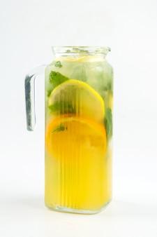 Jarro de vidro isolado de limonada com hortelã
