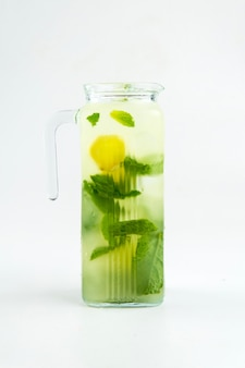 Jarro de vidro isolado de limonada verde