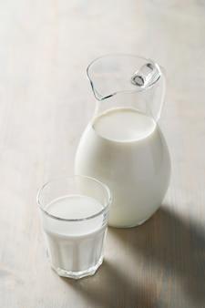 Jarro e copo de leite fresco