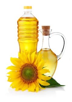 Jarro e garrafa de óleo de girassol com flor isolada