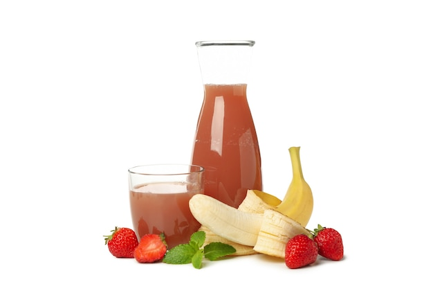 Jarro - garrafa e copo com morango - suco de banana isolado no branco