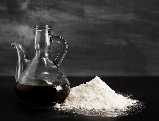 Jarro moderno com chocolate derretido e pilha de açúcar em pó