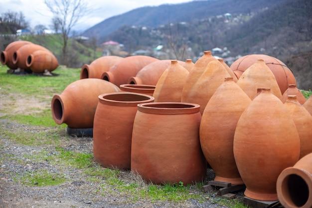 Jarros tradicionais da geórgia kvevri para vinho, ao ar livre