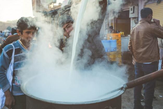 Jasmiling índia homem derramando microfone na frente da loja de chá em rajasthan