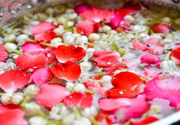 Jasmim e rosas em taça de prata, festival songkran na tailândia