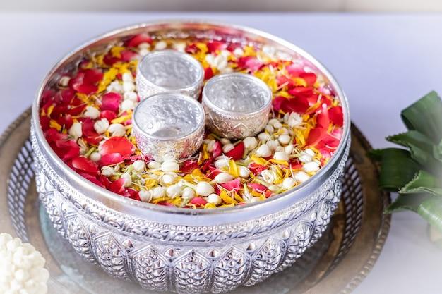 Jasmine e rosas na água do sopro para abençoar a cerimónia dos adultos, festival de songkran em tailândia.