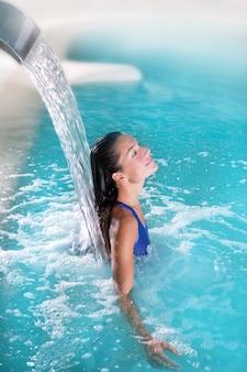 Jato de cachoeira mulher hidroterapia spa