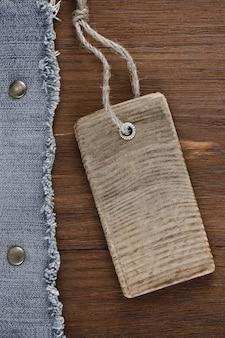 Jean azul em fundo de textura de madeira