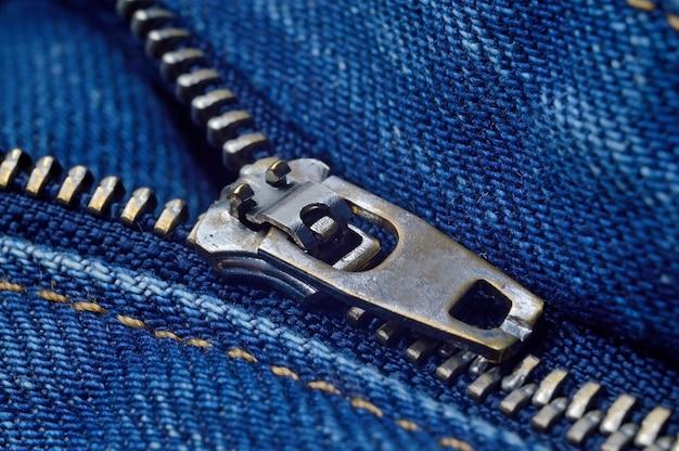 Jeans azul com zíper aberto