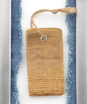 Jeans azul e metal em branco