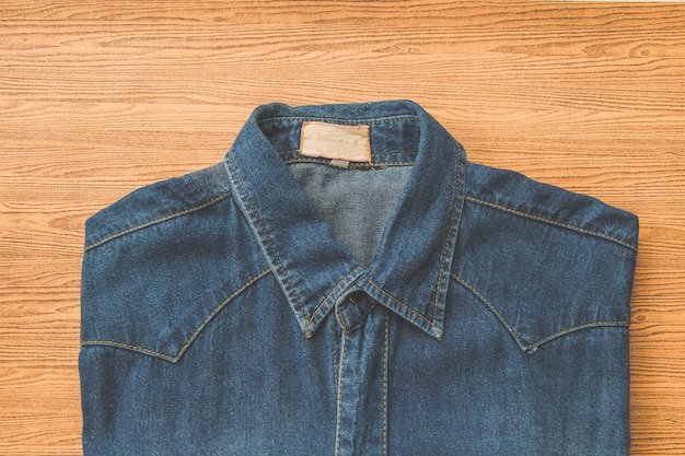 Jeans azul em madeira marrom