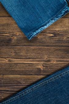 Jeans azul jeans na madeira