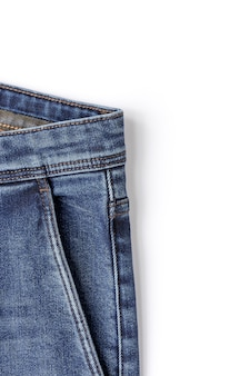 Jeans azul no branco
