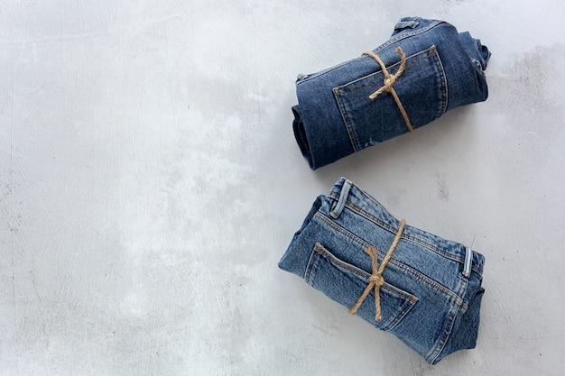Jeans azul sobre fundo de concreto