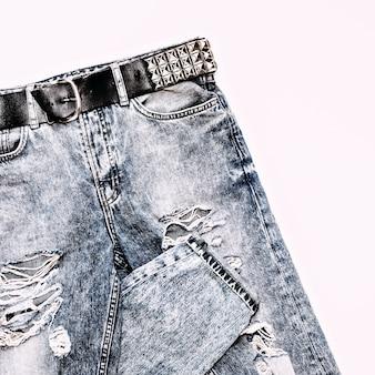 Jeans azul vintage elegante com pulseira de metal no estilo rock