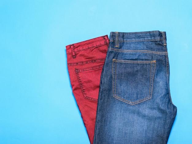 Jeans clássico azul e vermelho para homem