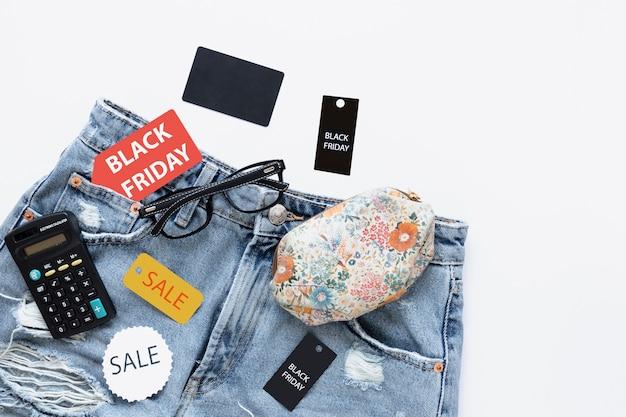 Jeans com etiquetas de venda sexta-feira preta