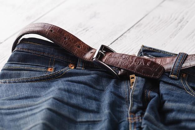 Jeans com zíper nas mãos