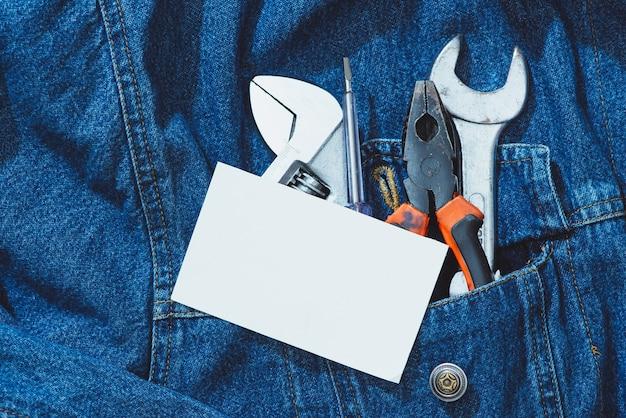 Jeans, conserto de equipamentos e muitas ferramentas úteis. vista superior com espaço de cópia