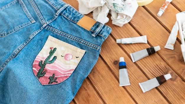 Jeans de ângulo alto com bolso pintado