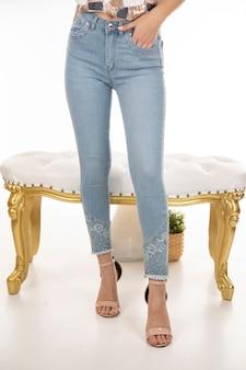 Jeans de mulher atirar em estúdio
